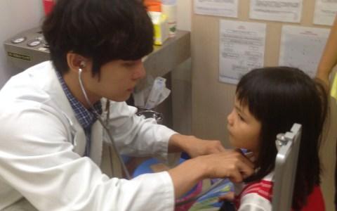 李醫師專心為小妹妹看診!小妹妹好憂鬱,是怕打針嗎?